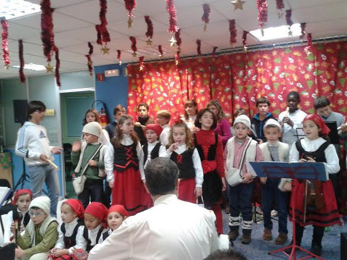 El coro del Arias visita el hospital llevando ilusión a los enfermos