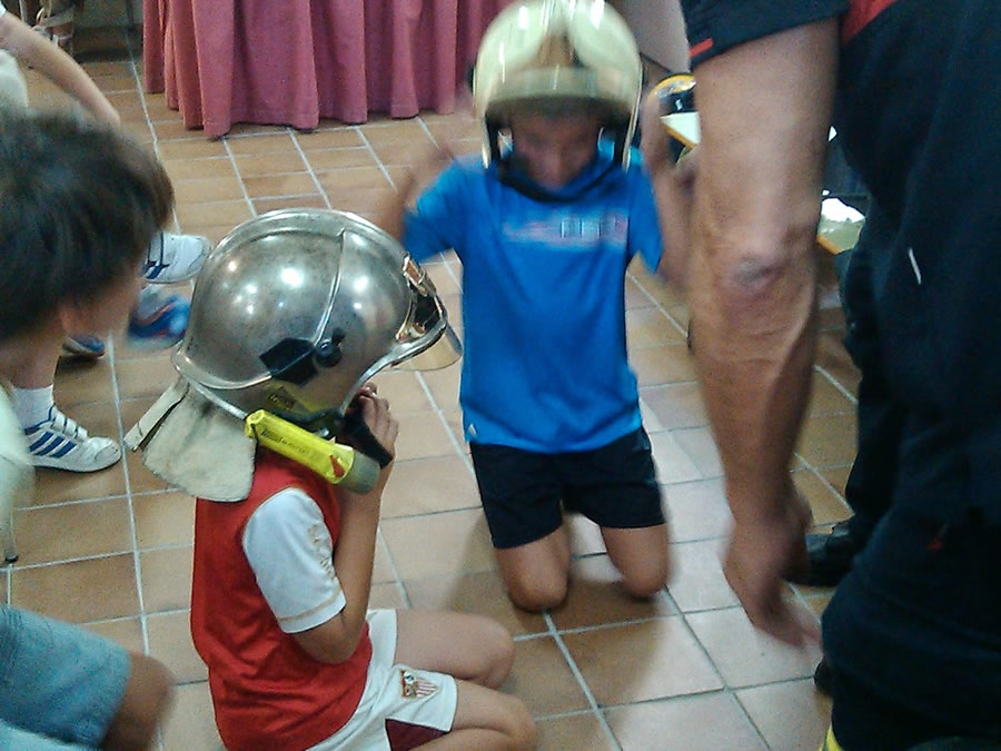 Alumnos con cascos de bomberos